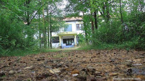 во градот Црни луг во БиХ изградена е школа во 2002-та но до денес таа не примила ниту еден ученик, празна е, оти нема деца