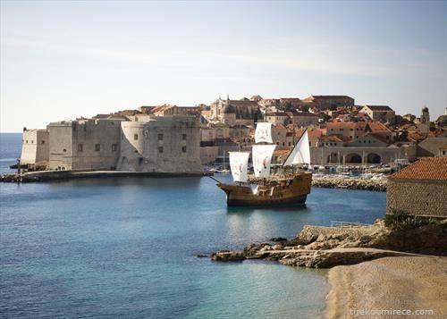 едреник впловува во Дубровник
