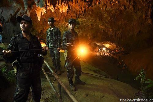 во пештера во Тајланд се бараат 12 млади фудбалери и нивниот тренер кои исчезнале