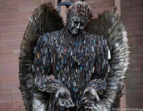 дело на уметник со конфискувани ножеви изложена во Ливерпул