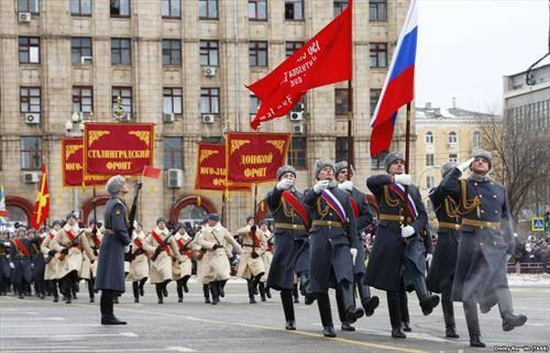 Со голема воена парада Русија ја одбележа 75 годишнината од една од најкрвавите битки во Втората светска војна - Битката за Сталинград, денешен Волгоград.