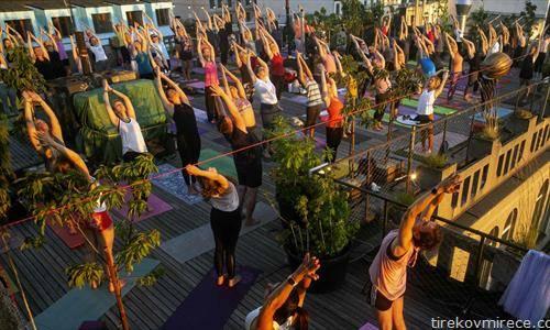 јога вежба на отворено во прага