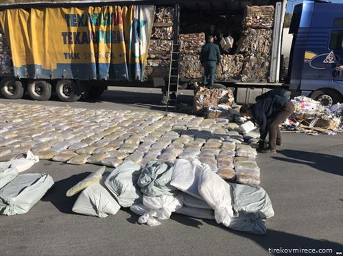 Македонската Царина запленила над еден тон марихуана на граничниот премин Блаце, на влез од Косово во Македонија.