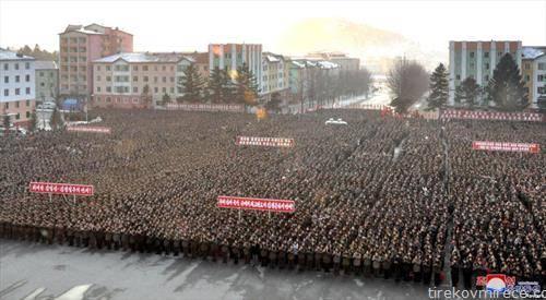 Воодушевување  на војници и цивили од Северна Кореја, кои  поздравуваат извештајот на властите според кој Северна Кореја бележи голем нуклеарен напредок