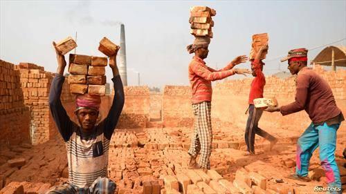 работници носат цигли во Бангладеж