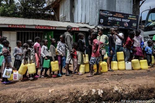 деца чекаат во редица за вода во Кенија