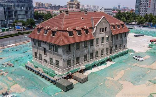 куќа стара стотина години, заштитена од државата се сели, за да се гради облакодер, во Кина
