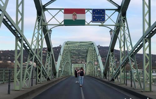 мостот кој ги спојува Унгарија И словачка празен, поради корона вирусот