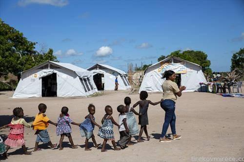 учителка со учениците оди на час, во Мозамбик