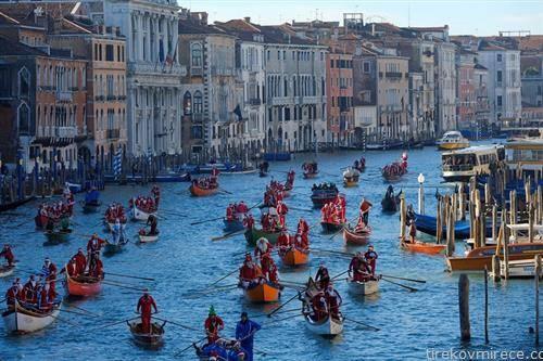 во венеција веслаа гондола