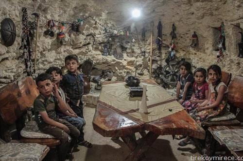 деца од сириски град се кријат во пештера
