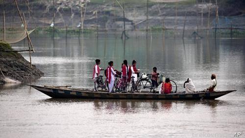 улица   ученици со велосипед и чамец на настава во Индија