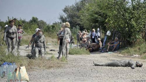 каливото езеро Овча близу Белград е хит летово. Посетителите тврдат дека калта е лековите, содржи сулфур и е против ревма