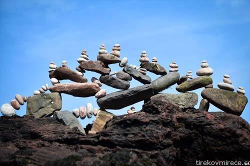 избалансирани фигури на изложба во Шкотска