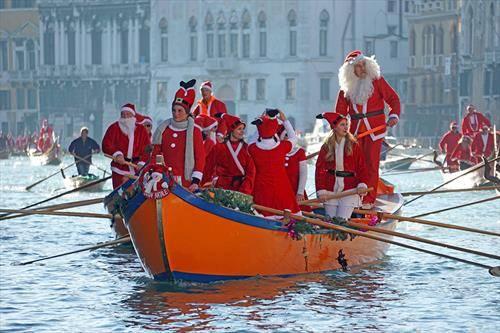 дедо мразовци веслаа гондоли, во Венеција