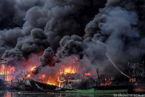 пожар во пристаништето во Џакарта