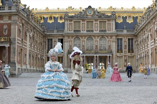 Луѓе облечени во костими за  фенси вечерта  во Версај
