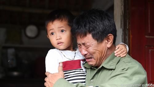 татко и син на една од 39-те починати Виетнамци во камионот во Британија