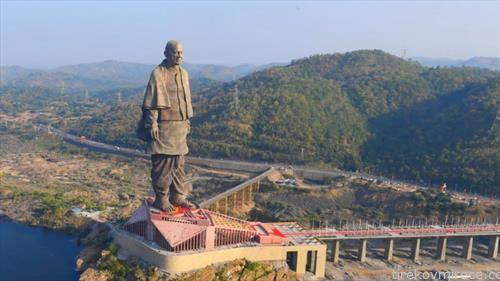 Индија ја отвори највисоката статуа на светот, посветена на лидерот на борбата за независност Сардар Валабхбаи Пател. Висока 182 метри за изградбата биле потрошени 430 милиони долари.