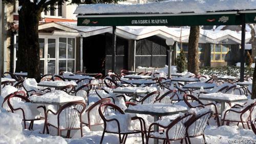 снежна атмосфера по кафиќите во Цетиње