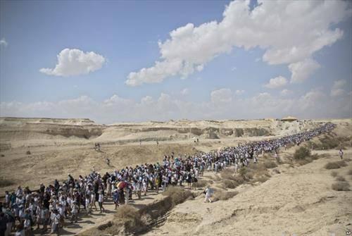 Израелските и палестинските жени учествуваат на маршот во близина на Мртвото Море, барајќи нивните лидери за да постигнат мировен договор