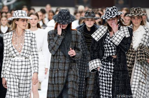 последната колекција на креаторот лагерфилд на ревија во Парис а моделите плачат по смртта на креаторот