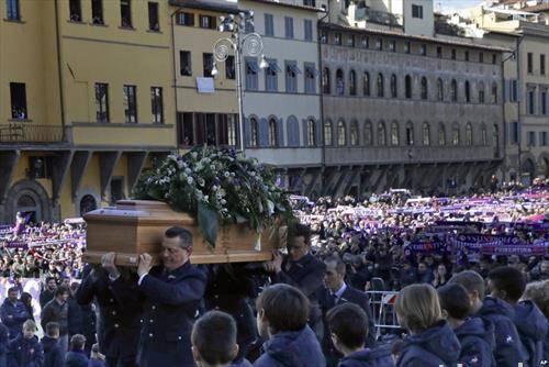 погребот на италијанскиот  фудбалер Астори кој почина  во сон на 31 година