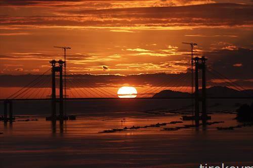 мостот Ранде додека сонцето заоѓа близу Виго, северозападна Шпанија