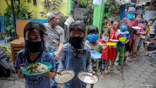 деца чекаат во редица за храна во Индоензија