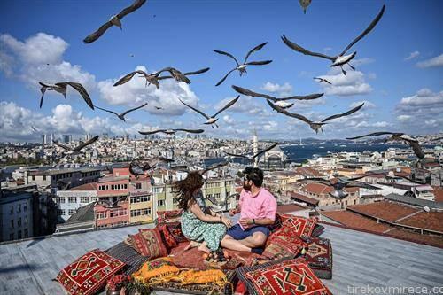 на кафе со галебите во Истанбул