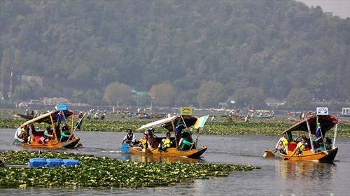 учесници во трката Шикара во Кашмир, Индија