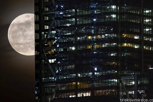 полна месечина зад зградата на трговскиот центар во Њујорк