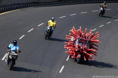 мото трка во индиски град, еден учесник како корона вирус