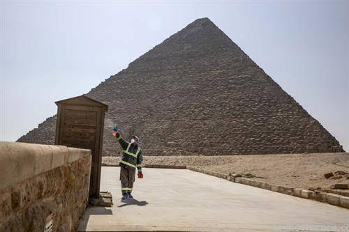 се дезинфикува околината на пирамидите во Гиза