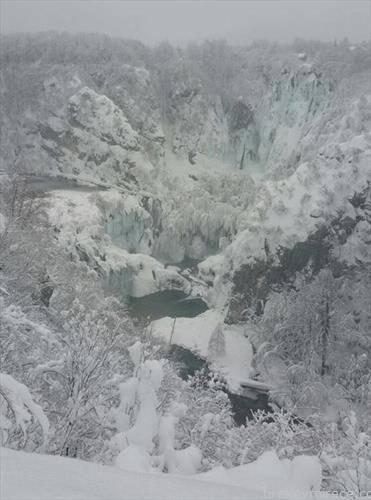 Водопадите на Плитвички езера смрзнаа а падна снег во висина од 150 цм. што е рекорд откако таму  се мерат параметрите