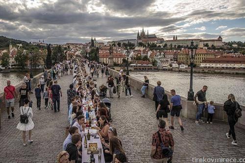 со маса долга 515 м се отвори Карловиот мост во Прага. на отворањето секој си го носеше јадењето  и пиењето од дома