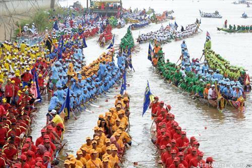 во чамци змејови во трка во Пном Пен