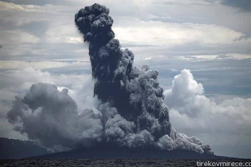 вулканот какатоау исфрла пепел