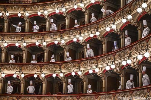 кувари во театар, учесници на фестивал на храната на Сицилија