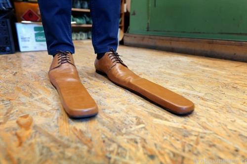 во Романија изработени чевли, за држење социјална дистанцаи  и