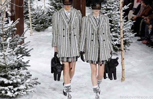 модели за сезоната зима  2021 на ревија во Париз