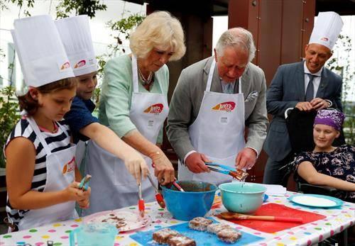 британскиот престолонаследник чарлс и принцезата Камила готват за децата од Австралија
