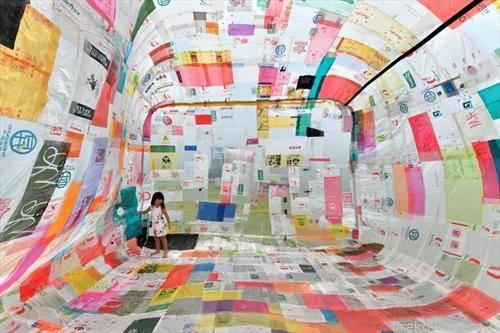 уметничка инсталација, соба од 500 пластични кесиња