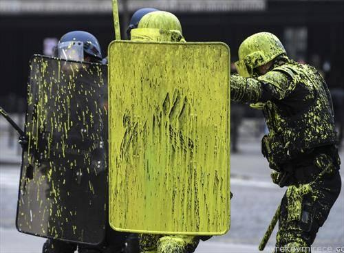 како жолтите елеци во жолто ја офарбаа француската полиција во Париз