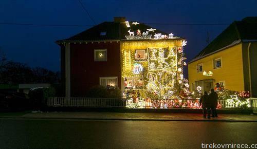 како соседите во германски град,, божикно ја украсиле куќата