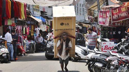Индиец носи фрижидер од пазар