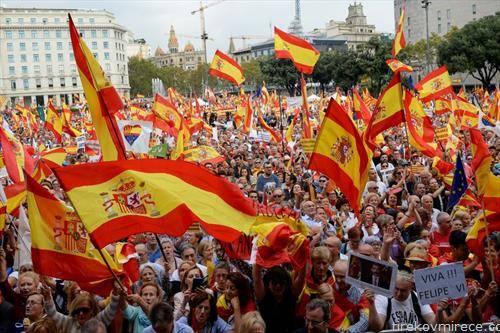 Десетици илјади луѓе излегоа на улиците на Барселона, на прославата на национален празник на Шпанија, отфрлајќи ја идејата за независност од Шпанија