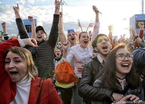 руските навивачи се радуваат на победата од пет нула над саудиска Арабија