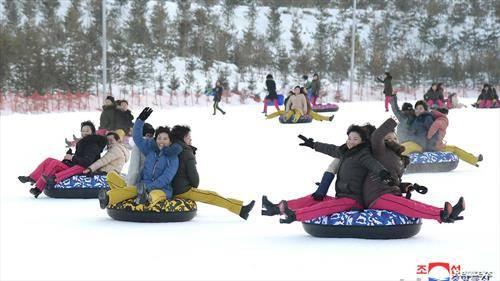 северно Корејки се забавуваат на снег