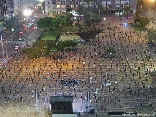 Повеќе од 2.000 Израелци протестираа   на  два метри оддалеченост еден од друг на плоштадот во Тел Авив  во знак на протест ерозијата на демократијата